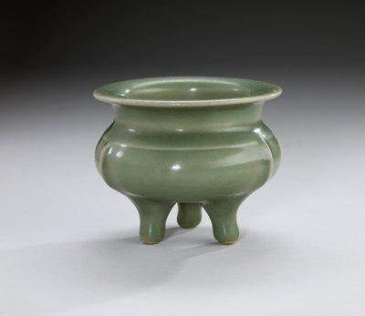 Lung-Ch'uan ware incense tripod, porcelaneous stoneware with celadon glaze