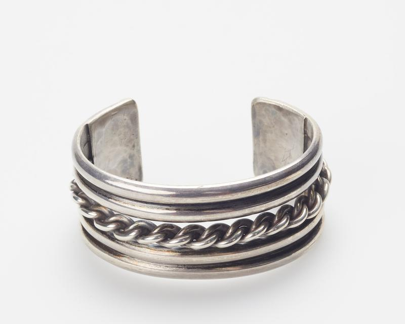 4 half round wires enclosing triple twisted wire cat.169, J#231