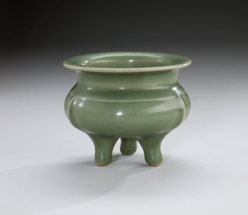 Lung-Ch'uan ware incense tripod, porcelaneous stoneware with celadon glaze