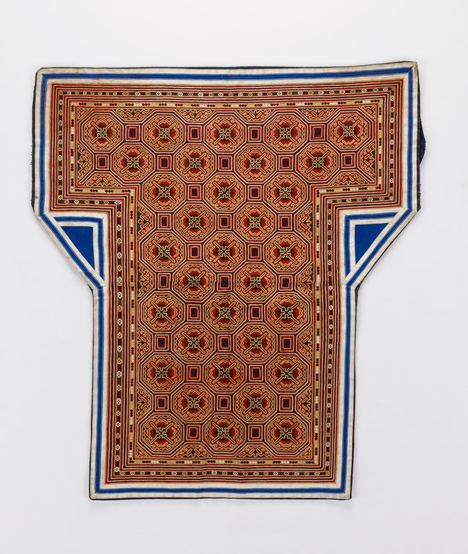 blue lining; white and blue border surrounding embroidered area in red, blue, white, gold, and maroon
