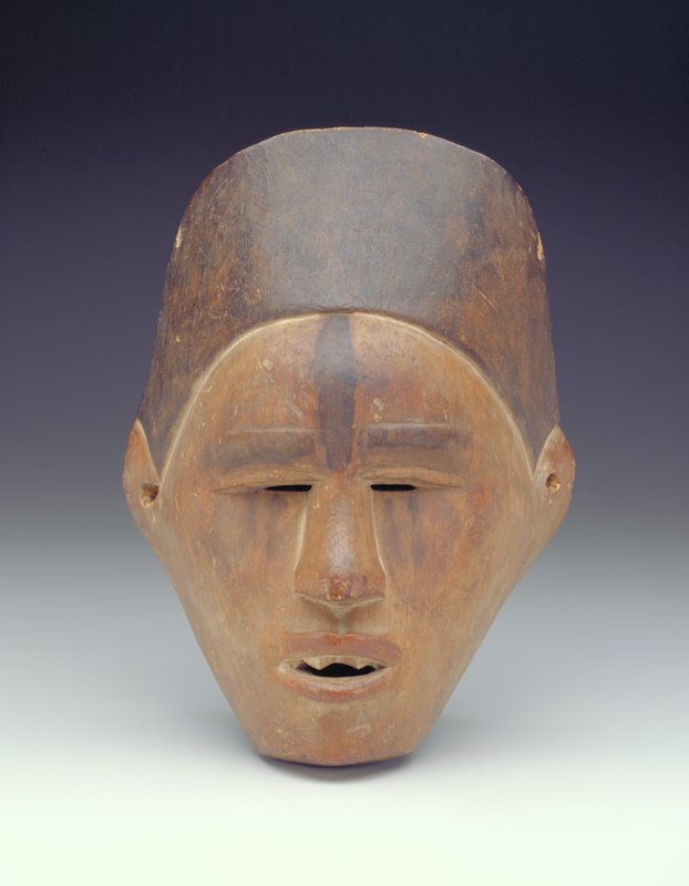 knit brow, upper eyelid overhanging thin slit eyes, dark vertical smears on the cheeks; half-open mouth with one row of filed teeth; smooth face; traces of kaolin at the teeth, the hairline and around the nose; black, smooth, vertical crescent-shaped coiffure; black stripe down the forehead and on the eyebrows; red color on the lips; hole in each ear; hole at top of coiffure on each side (2nd hole on PR side)