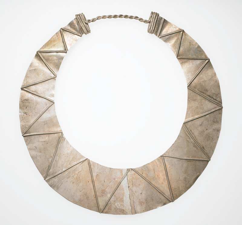 collar-style; graduated thin white metal sheet with zigzag design; twisted thick wire on back